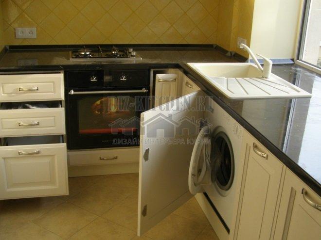 Мойка и стиральная машинка возле окна