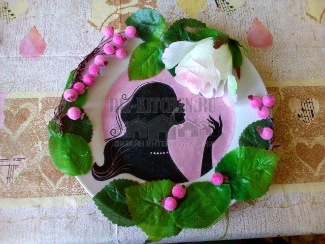 Декор тарелки листьями и ягодами