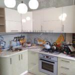 Современная светлая кухня с ярким фартуком