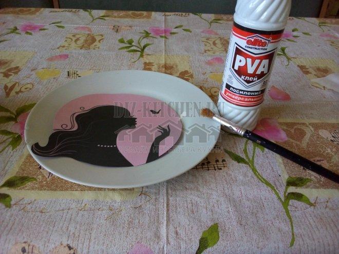 Вырезаем круг по диаметру тарелки