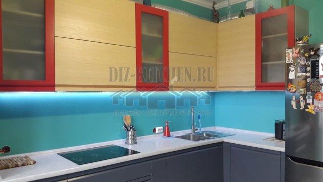 Современная серая кухня с контрастными фасадами