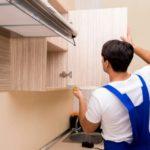 Как правильно повесить кухонные шкафы на стену?