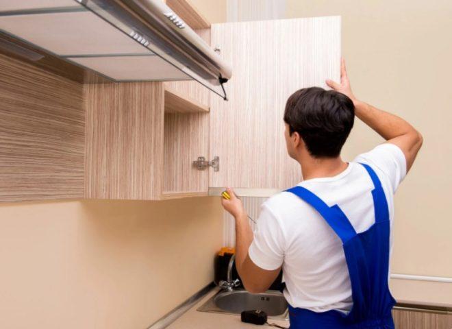 как правильно повесить кухонные шкафы