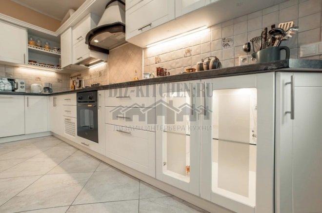 Белая неоклассическая кухня с подсветкой
