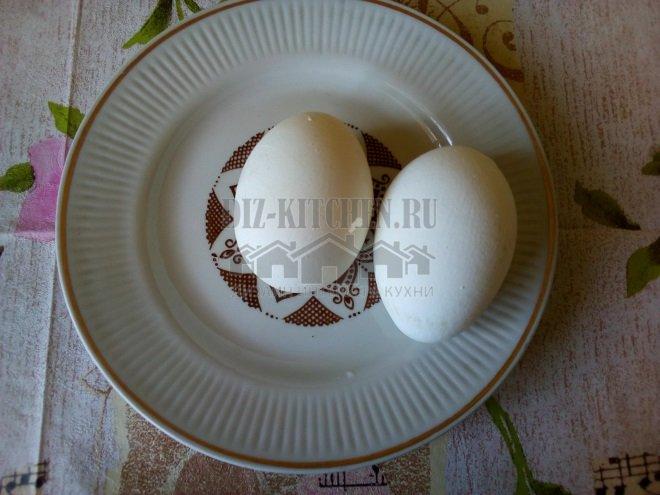 Прокалываем в яйцах дырочку