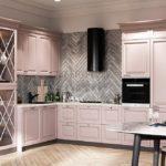 Современная розовая кухня с фартуком из керамогранита