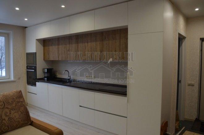 Светлая кухня с разноглубокими фасадами