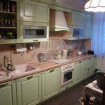 Зеленая кухня Вилладжо 15 кв. м в стиле прованс, совмещенная с гостиной