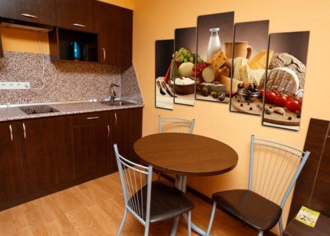 Модульные картины в небольшой кухне