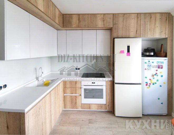 Современная белая кухня с деревом