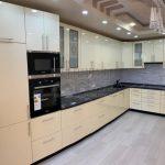Современная бежевая глянцевая кухня со встроенным холодильником