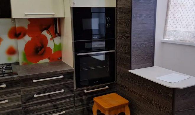 Темный ламинат на стене в интерьере кухни