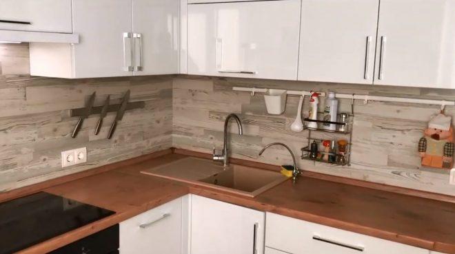 Ламинат на стене кухни - удачное решение в современном интерьере