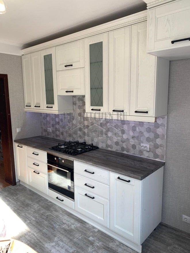 Белая неоклассическая кухня