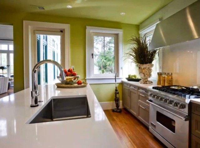 Натяжной потолок на кухне с газовой плитой
