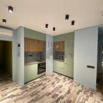 Современная кухня 21 м<sup>2</sup>, совмещенная с гостиной