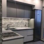 Кухня в стиле лофт с разноуровневыми фасадами