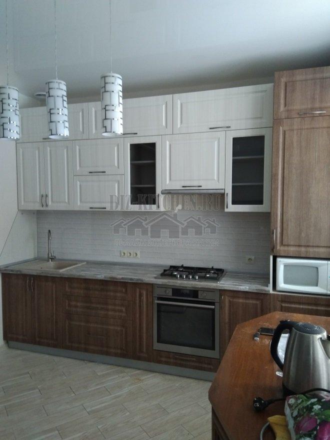 Неоклассическая кухня белая и под дерево