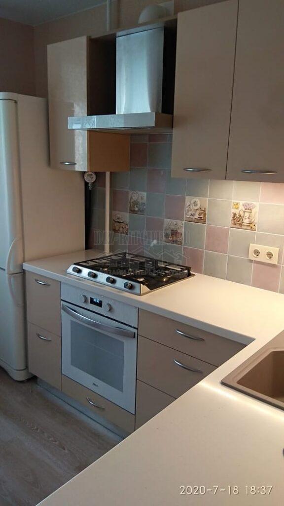 Современная бежевая кухня с глянцевыми фасадами
