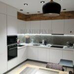 Современная белая кухня в квартире, оформленной в едином стиле