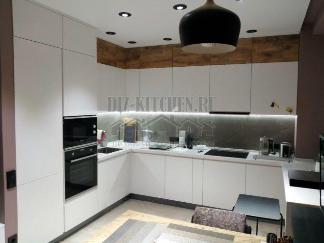 Современная белая кухня в квартире единого стиля