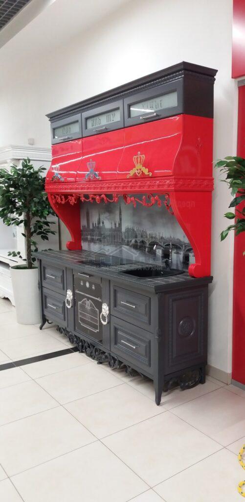 Кухня в английском стиле с тематическим фартуком