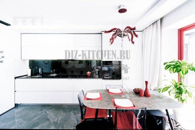 Белая кухня с черным зеркальным фартуком
