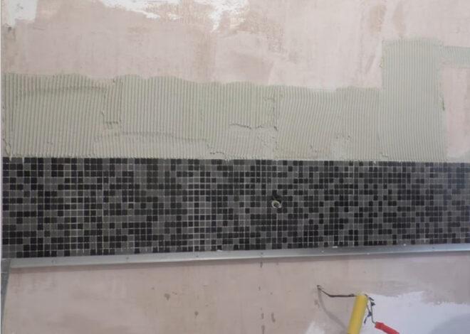Клеим мозаику на стену