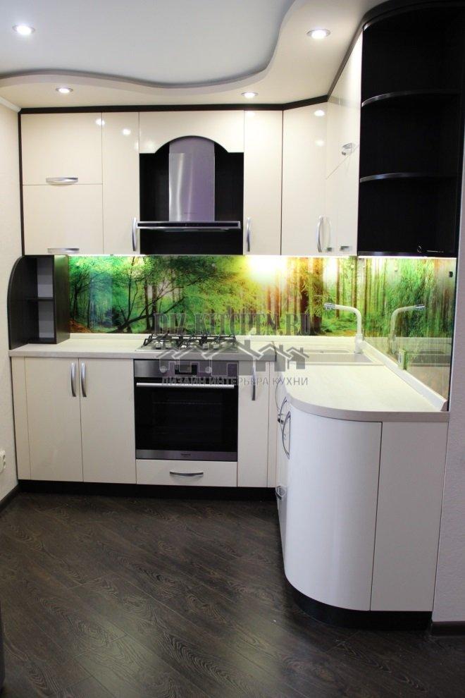 Современная белая кухня с фотопечатью