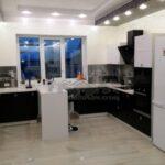 Черно-белая современная кухня с мобильной барной стойкой