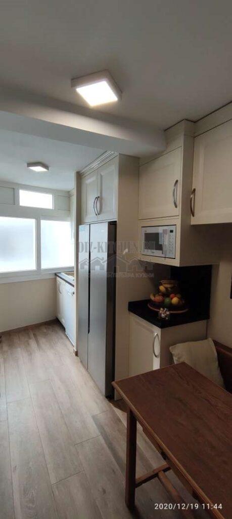 Кухонный стол, холодильник и мойка