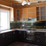 Кухня, совмещенная с гостиной, в загородном доме из бруса