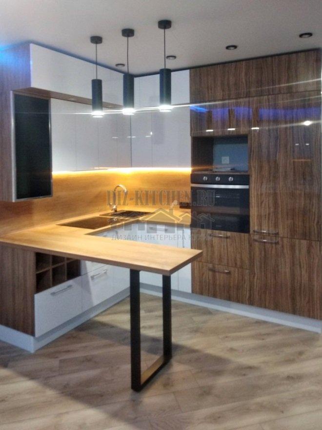 Современная бело-деревянная кухня с деревянным центром