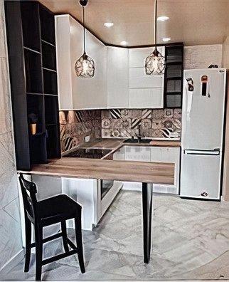 Светлая кухня с фартуком в стиле пэчворк